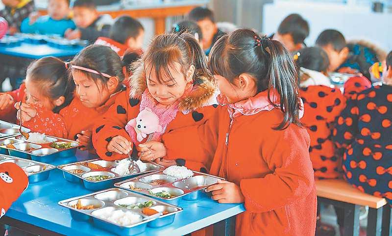 安徽舒城縣曉天中心小學學生在吃營養午餐。(新華社資料照片)