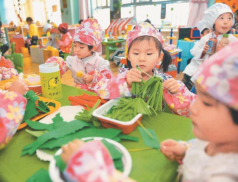 嘉峪關第一幼兒園的孩子們,20日在園裡玩遊戲。(新華社資料照片)