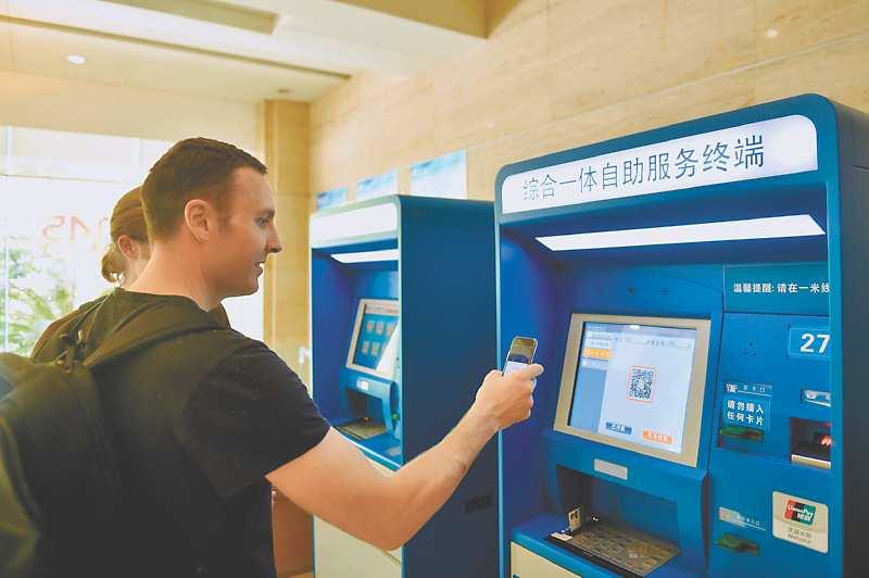 來自雪梨的學生在浙江大學第二附屬醫院使用手機體驗掛號、繳費等移動就診服務。(新華社資料照片)