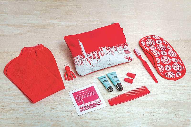 比利時流行品牌Kipling為長榮旅客量身打造專屬過夜包,並將台北著名地標101融入設計。(長榮航空提供)