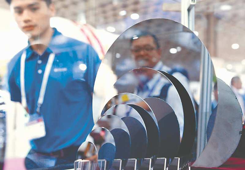 9月18日,國際半導體展於台北南港展覽館一館盛大登場。圖為各尺寸晶圓。(本報系資料照片)