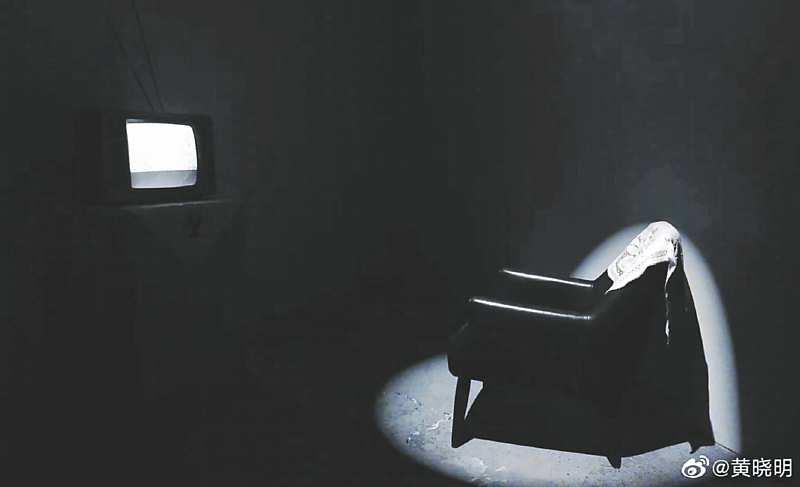 《被遺忘的單向線》的體驗展廳,壓迫狹小的空間,加上沙發與電視的距離被調遠,模擬空巢老人的孤獨。(取自微博@黃曉明)