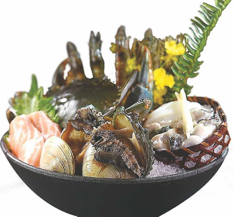 ↓〈食令.SHABU〉後場廚房有活水魚缸,可提供各式活跳海鮮當涮料,圖中〈海鮮盤〉中有沙公、牛奶貝、龍虎鮑、東石鮮蚵、白蝦,以及鮭魚。圖/姚舜