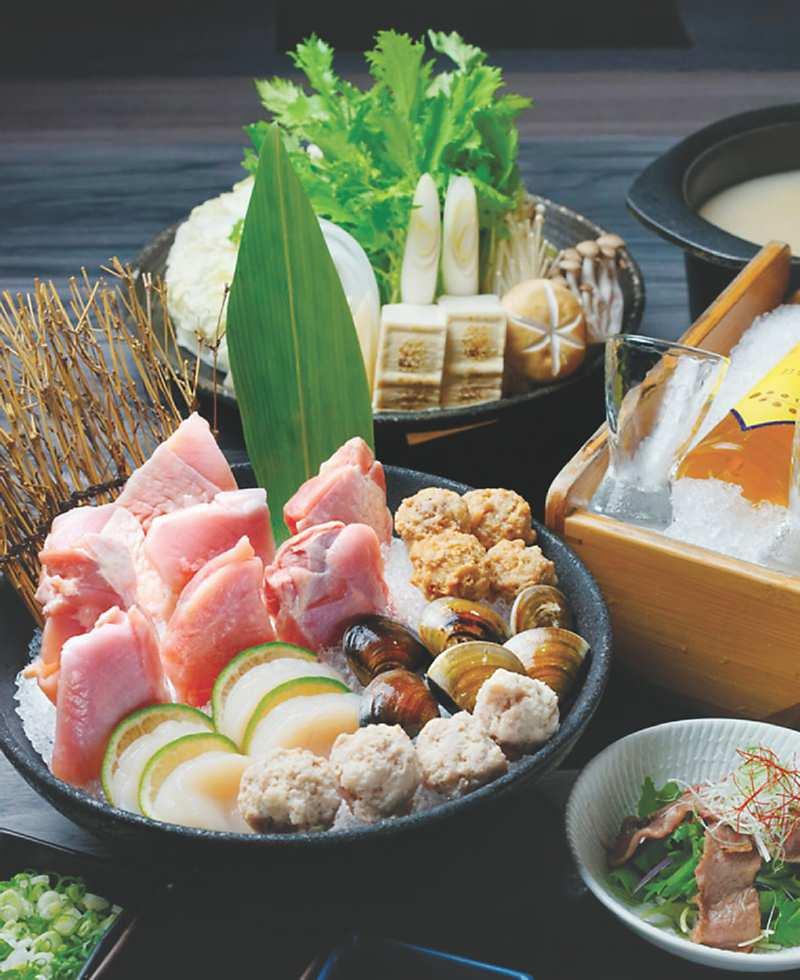↑〈雞鍋〉套餐,湯頭是以利用雞骨、雞腳與多項食材慢火熬煮成乳白色湯頭。圖/姚舜