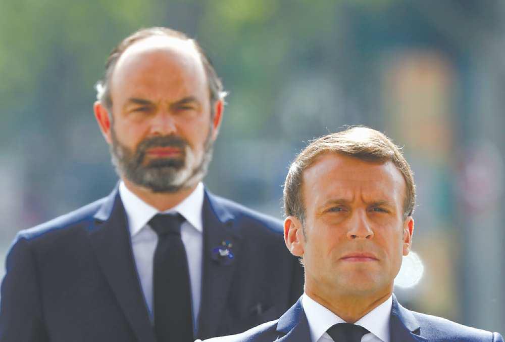 ●外界盛傳,馬克宏(右)為了確保自己2022年能順利連任總統,因此想方設法撤換菲力普(左)。他7月初提出內閣總辭後,法國總統府立刻同意批准。 圖/美聯社、路透