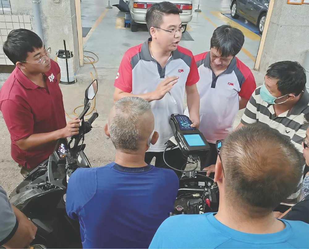 ●三陽第二階段技能提升培訓實作教學情形,講師說明檢測設備使用方式並進行演示。圖╱工業局提供