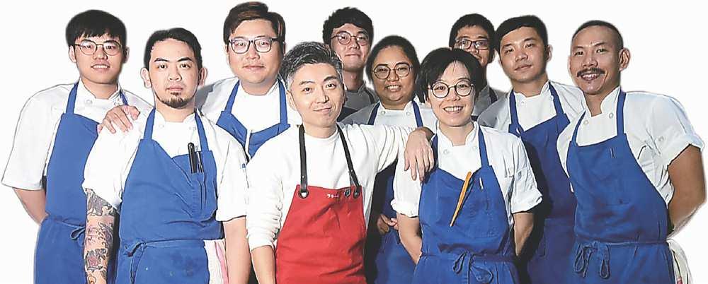 →台北米其林一星餐廳〈MUME〉主廚Richie林泉(前排左二)與餐廳廚藝團隊持續精進,菜餚愈做愈Fine。圖/姚舜