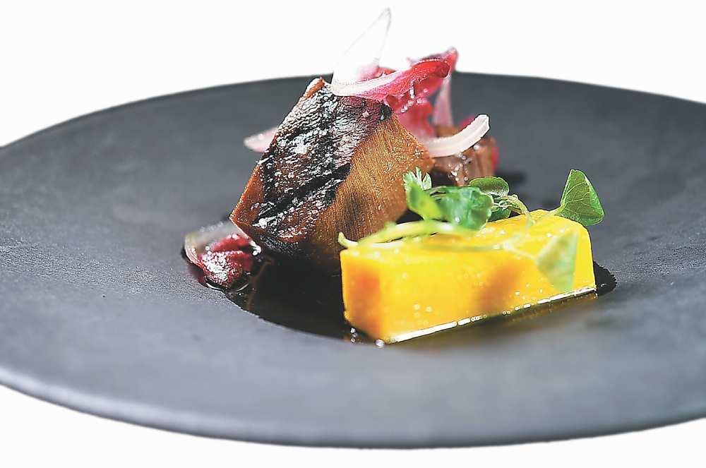 ↑〈牛舌/南瓜/羅勒〉的主食材牛舌,是用牛高湯滷煮至軟嫩後先放涼,再炭烤至表面焦酥,配菜油泡南瓜入口欲化。圖/姚舜