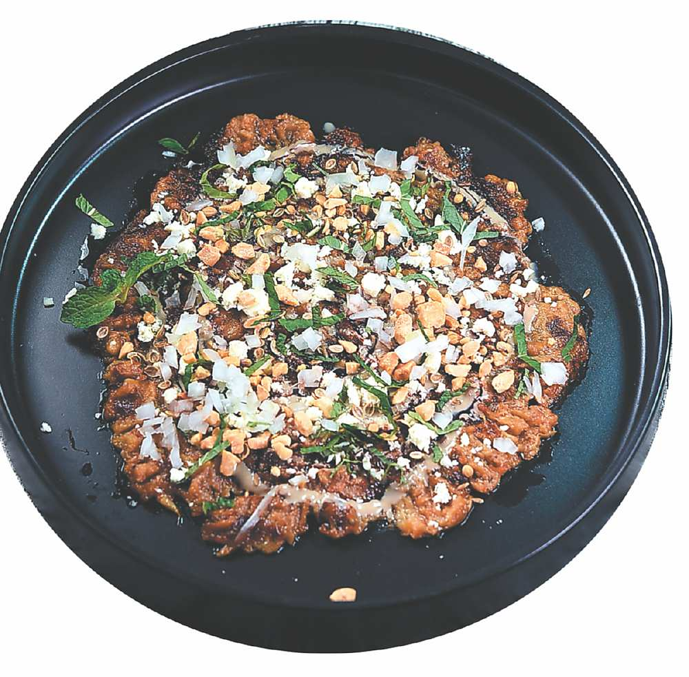 ↑〈香煎茄泥冷盤〉是將茄子切丁過油輕炸後打成泥,再搭配白芝麻醬、棗蜜,以及荷薄葉、花生碎與希臘Feta起司呈現。圖/姚舜