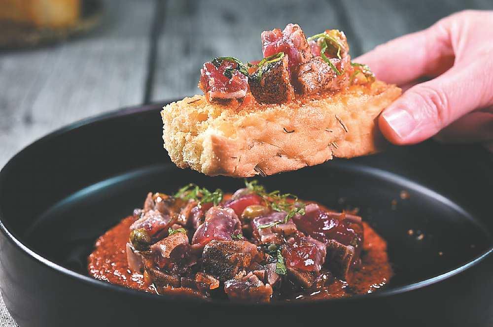 →品嘗〈炙燒生鮪魚塔塔〉搭配迷迭香佛卡夏麵包一起享用,就可抵一餐了。圖/姚舜