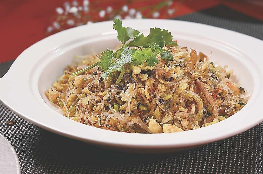 ↑〈十香如意炒米粉〉是以十種食材製成,包括筍絲、綠豆芽、豆包、豆干、榨菜絲、雪裡紅等,由於每種食材的含水量不同,需分別切絲、炒乾後,再一同與米粉拌炒。圖/姚舜