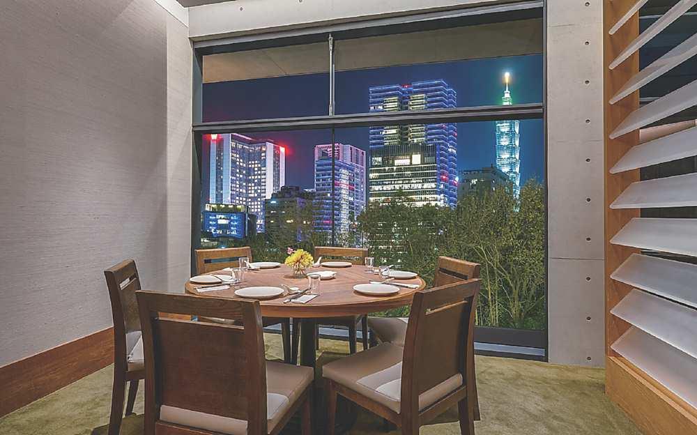 ↓華燈初上時,用餐可遠眺台北101璀璨景致。圖/誠品行旅