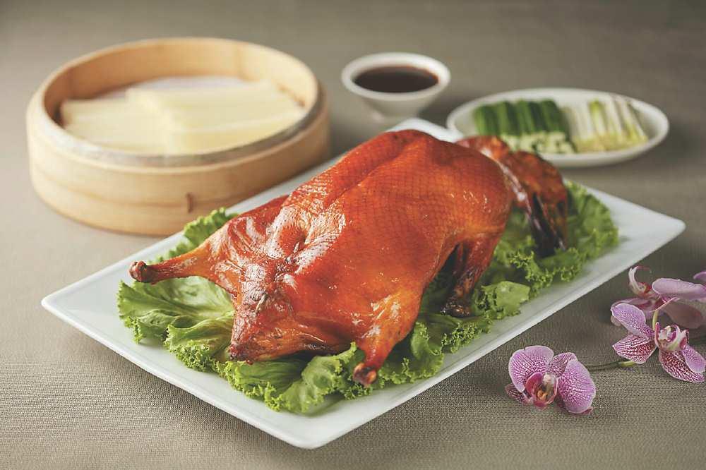台北喜來登大飯店推出一系列「美食宅度假」住宿專案,「米其林烤鴨雙饗樂」。圖/業者提供