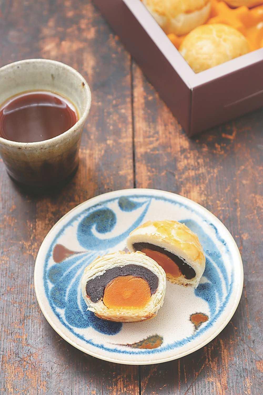 ←〈過上好日子〉攜手〈台北御珍〉聯名推出的〈雪花酥〉有三種口味,圖為「棗泥蛋黃」。圖/業者提供