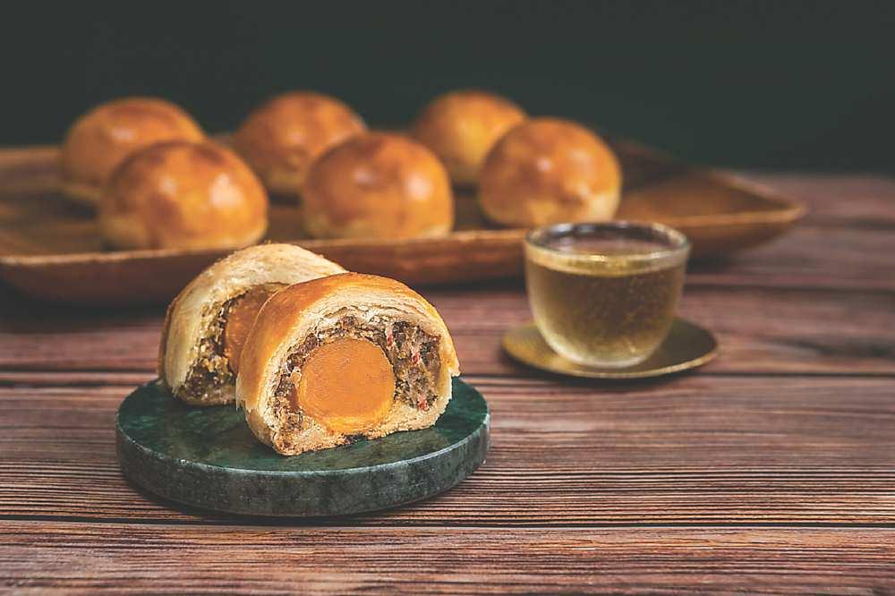 ↓〈頌丹樂〉今年推出〈頌丹樂星級打拋蛋黃酥禮盒〉,每顆重達70公克。圖/業者提供