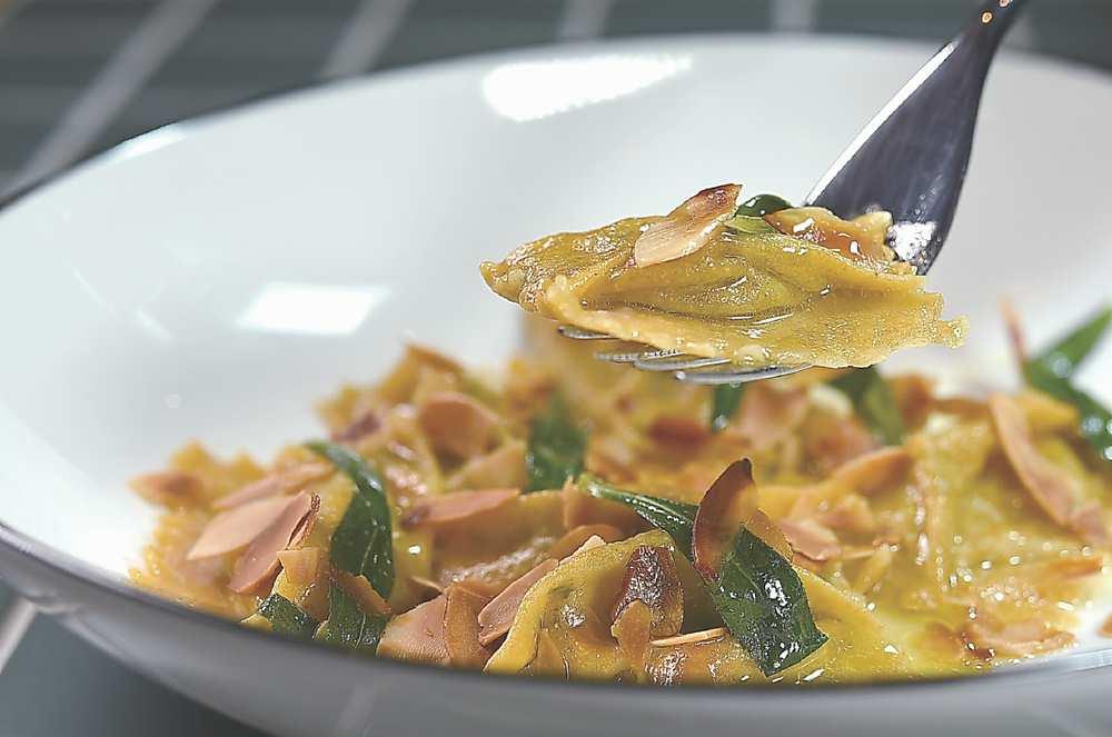 ↑〈牡蠣.龍蒿.苦艾酒.煙燻杏仁片〉內餡是用台灣蛤蜊加了瑞可達起司和紅蔥頭製作。圖/姚舜