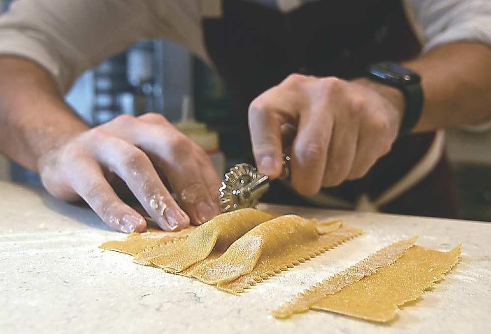 ↑〈FERMI〉義大利麵餃的花邊,是將餡料包好後再一個個用滾刀以手工切出的,費時費事又費工。圖/姚舜