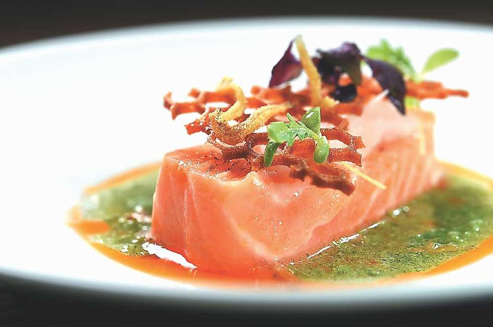 ↑〈鮭魚‧蒔蘿‧吻仔魚〉的鮭魚以攝氏40度低溫烹調,口感似果凍。圖/姚舜