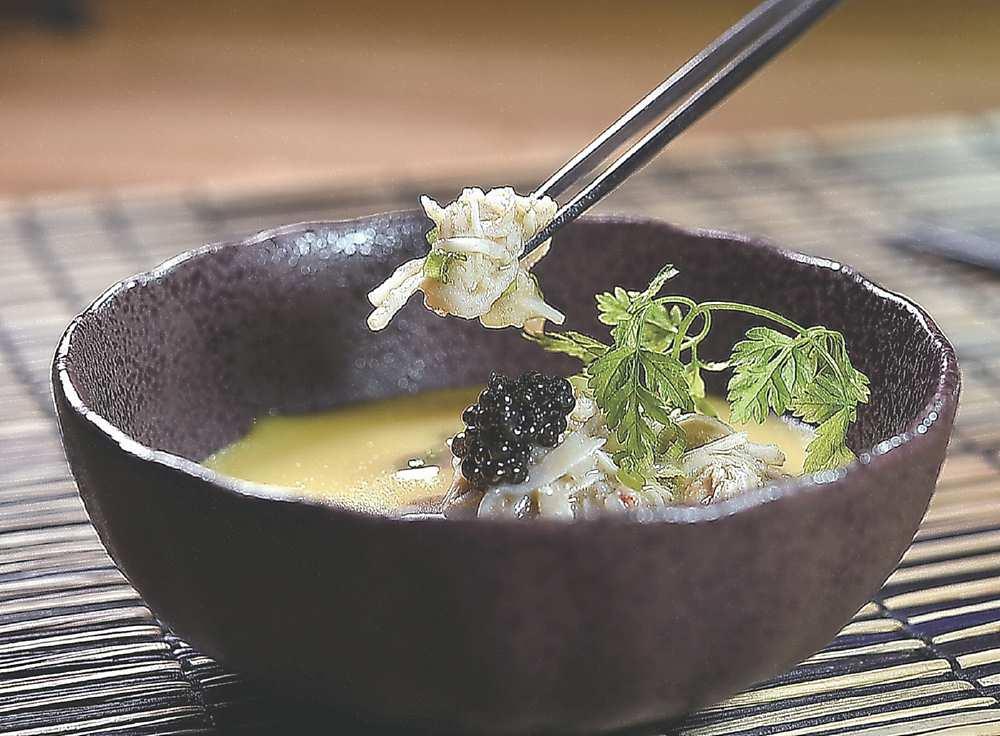 ←〈帝王蟹‧蘑菇‧松露蒸蛋〉的帝王蟹肉鮮甜,與鹹鮮魚子醬交織美味。圖/姚舜