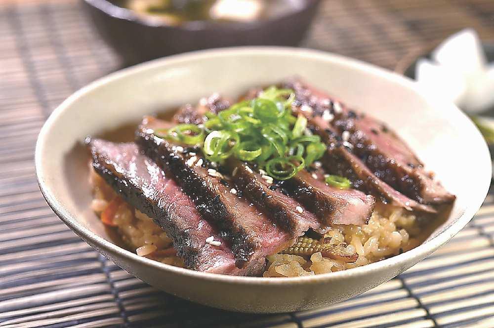 ↑〈炊飯.牛小排〉上桌時,會另附味噌湯和漬菜。圖/姚舜