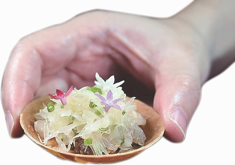 →餐前小點〈柚子塔〉是用白巧克力與綠橄欖醬提味。圖/姚舜