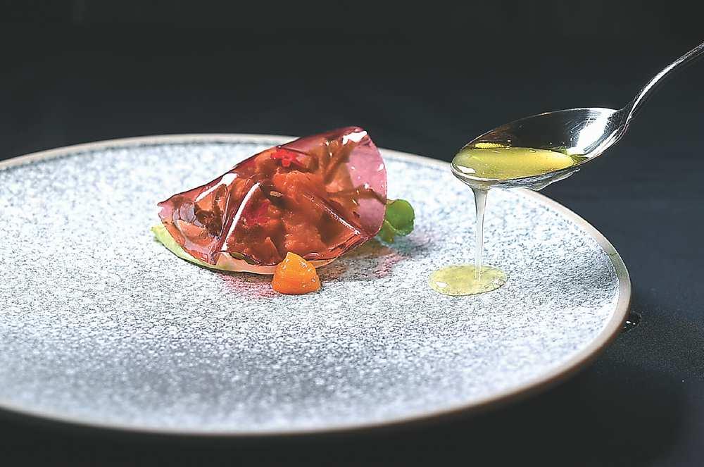 ↓〈帝王蟹路易沙拉〉創作靈感源於舊金山名菜、有「沙拉之王」之稱的〈螃蟹路易〉,主廚Bryan以現代精緻廚藝昇華了形色味。圖/姚舜