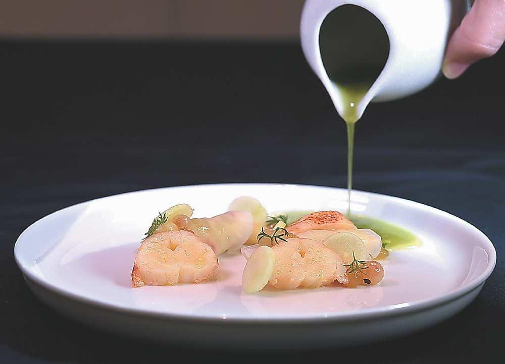 →〈龍蝦〉是以慢煮、口感柔嫩的龍蝦肉,搭配以芹菜頭切片包捲了龍蝦肉和青蘋果丁的菜卷呈盤。圖/姚舜