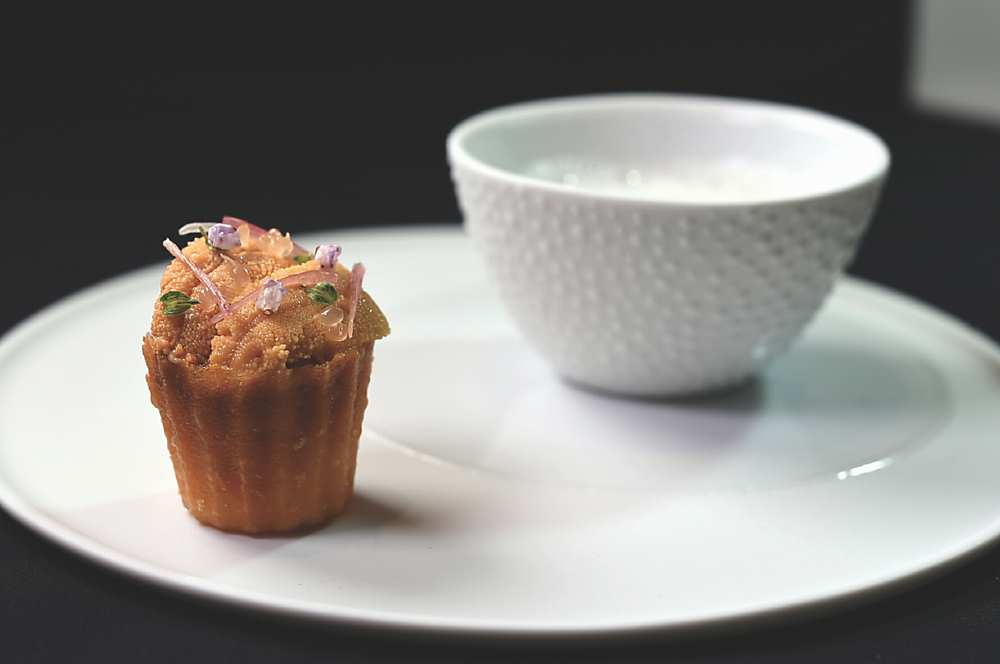 →〈海膽〉日本海膽下襯著南瓜泥和Stracciatella絲綢乳酪,上菜時搭配鳳梨檸檬汁。圖/姚舜