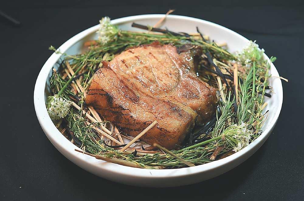↑〈南投放牧豬〉是以黑毛豬與肌肉發達的杜洛克豬配種飼育,主廚取脂肪較多的里肌部位先炭烤、再煙燻,然後分切呈盤。圖/姚舜