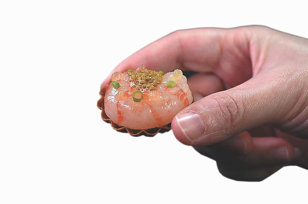 →〈縞蝦〉用薄脆「金杯」盛裝,蝦肉用昆布醃漬,上有蝦卵、底下襯著毛豆仁提味。圖/姚舜