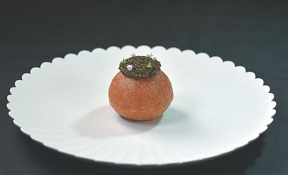 ↑〈帝王蟹〉內餡主要是帝王蟹肉,再以法國Kaviari鱘龍魚的魚子醬搭配提味。圖/姚舜