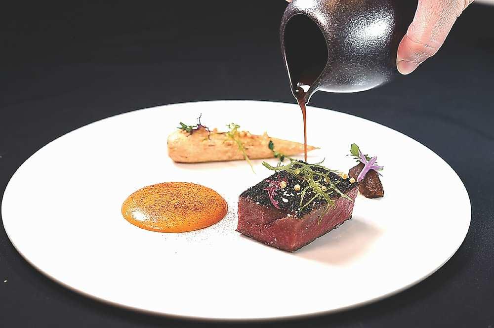 ↓〈A5黑毛和牛〉的表層用海藻取代海鹽賦味,搭配牛油製作的「創意版荷蘭醬」。圖/姚舜