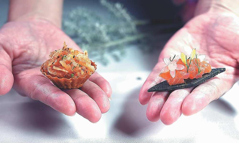 ↓高雄〈THOMAS CHIEN〉法式餐廳秋季套餐開胃小食左為〈櫻花蝦蘋果塔〉,右為以檸檬晶球提味的〈煙燻鮭魚〉。圖/姚舜