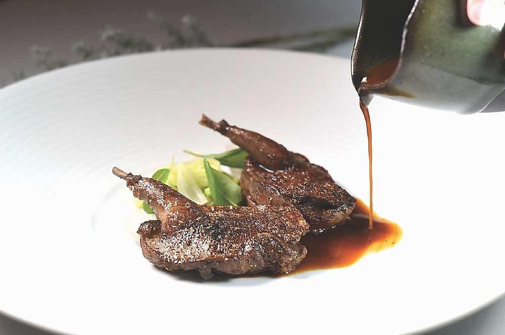 ←〈乳鴿〉是以鹽、胡椒和孜然調味後,先煎後烤,提味醬汁是洋蔥、胡椒、紅酒熬製。圖/姚舜